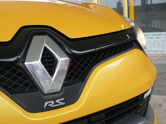 Renault badge on front of Renaultsport Clio 200 Turbo