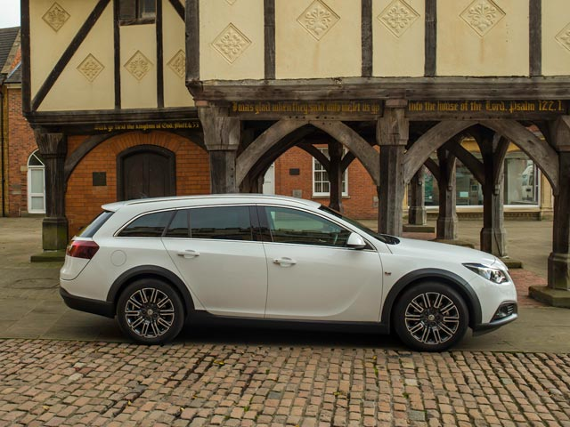 Vauxhal Insignia Country Tourer side view