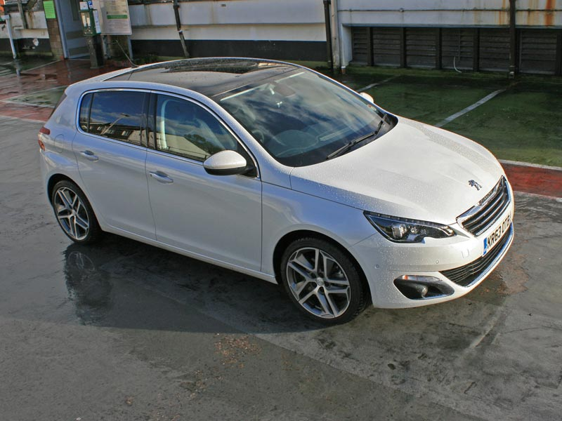 Peugeot 308 Plays Golf  Peugeot Wins
