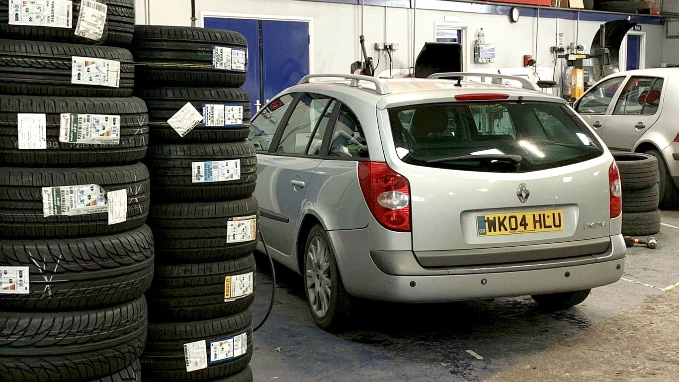 Renault Laguna at the tyre fitters