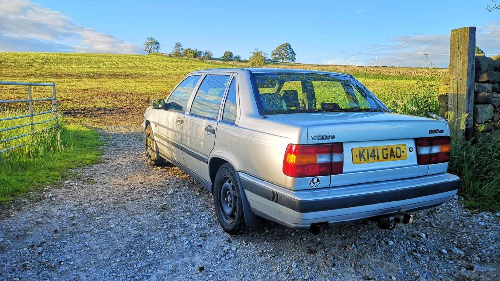 Volvo 850 SE and field