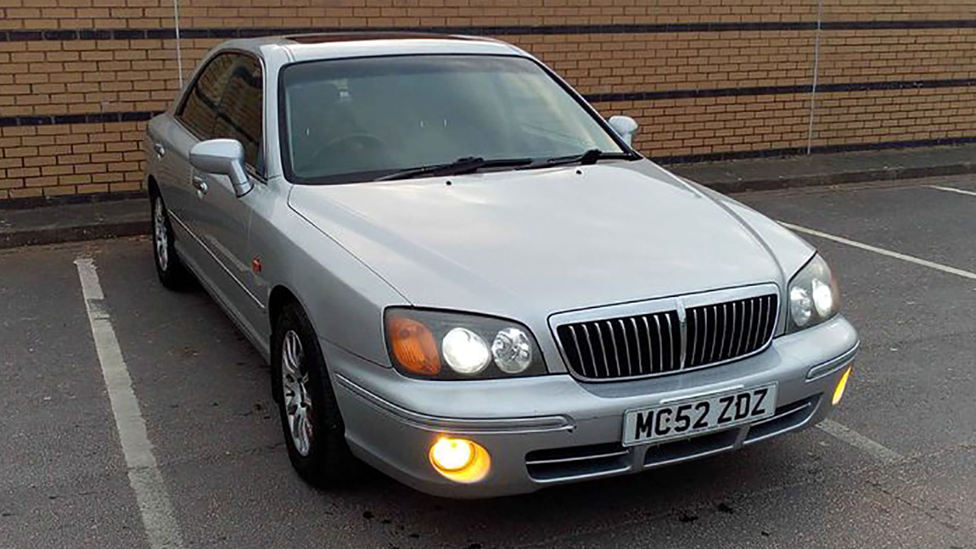 Front and side profile of 2002 Hyundai XG30